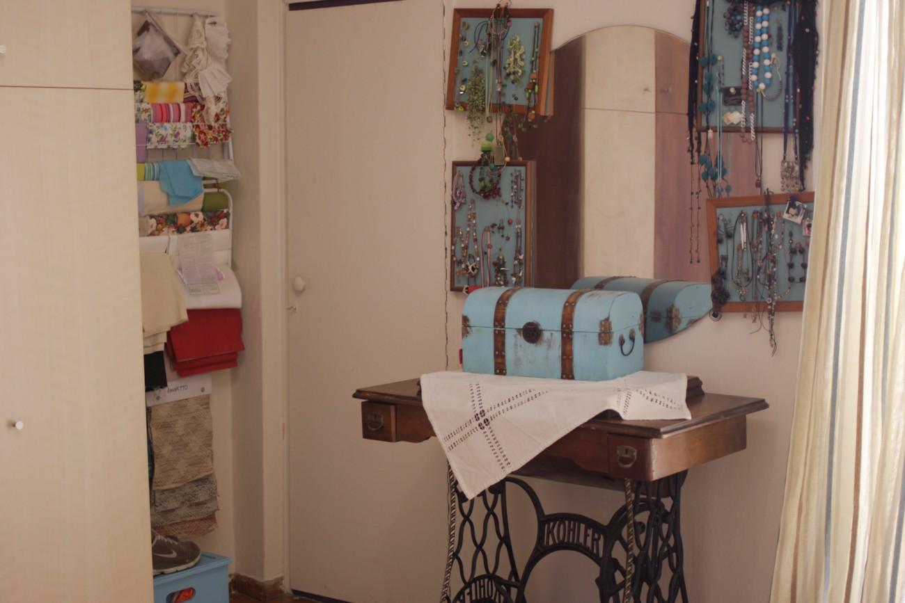 Η γωνίτσα της ραπτομηχανής και της ντουλάπας