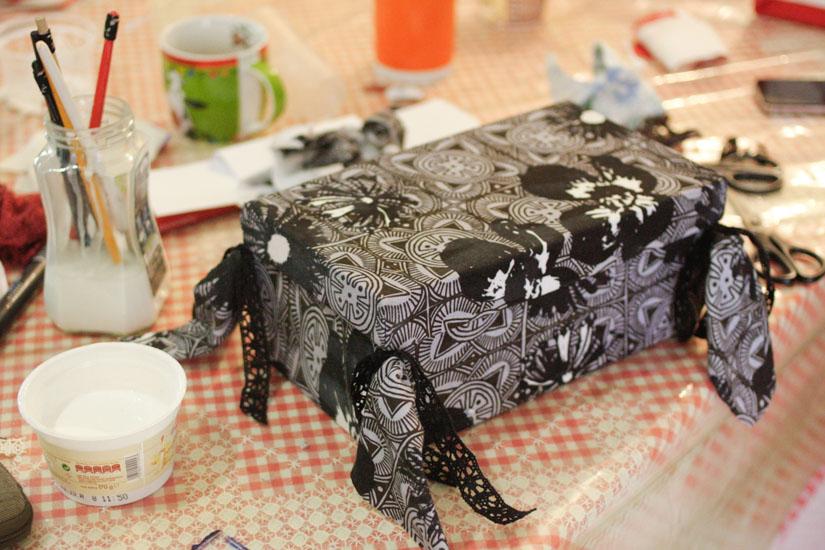 Ένα κουτί με αδίπλωτες άκρες και τσαχπίνικες δαντέλες!
