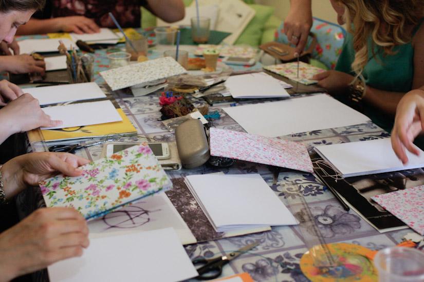 Το τραπέζι της κουζινούλας γεμάτο με υλικά