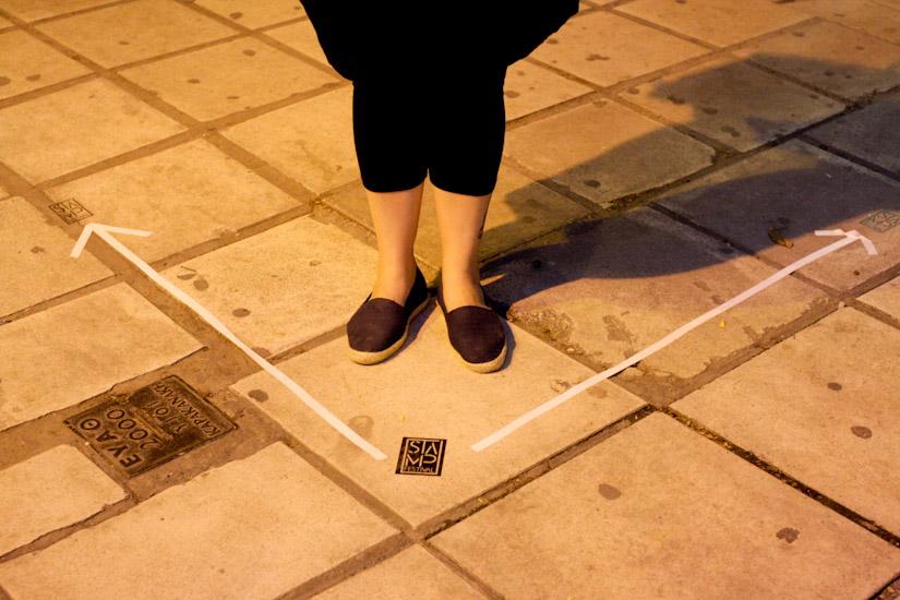 Και σήμανση στο πεζοδρόμιο - Μοντέλο η Poco Loco!