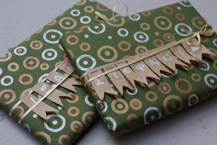 Συσκευασίες δώρων με γιρλάντα από χαρτί