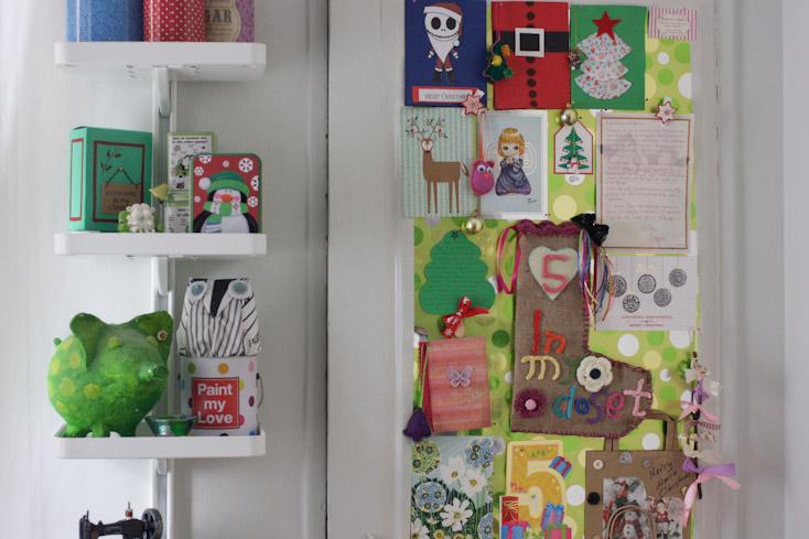 Έφτιαξα την πόρτα της ντουλάπας μου για να μπορώ να κρεμάσω όλες τις καρτούλες και τα δωράκια