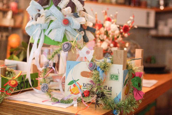 Στεφανάκια, λουλουδάκια και μπουκετάκια έτοιμα για λαμπάδες