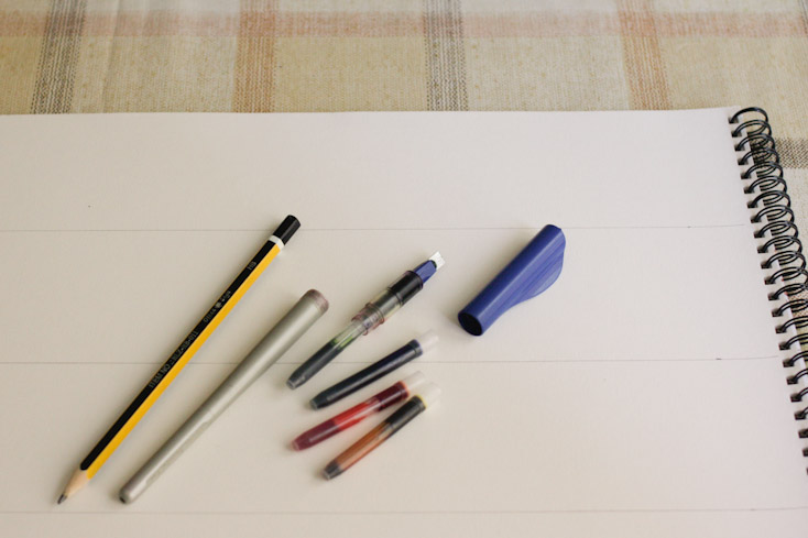 Τα απαραίτητα εργαλεία για την καλλιγραφία: πενάκι, χαρτί, μελάνι και ένα μολύβι