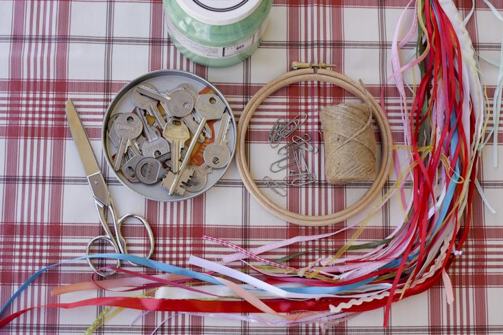 Τα βασικά υλικά για το μόμπιλε με παλιά κλειδιά