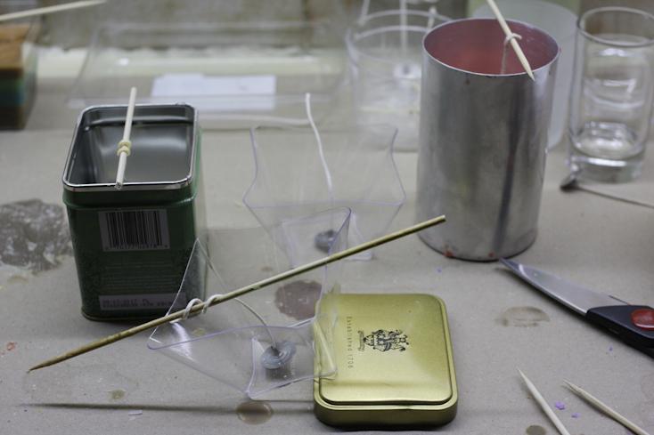 Δοχείο από γλυκάκι σε γωνία για να σταθεροποιηθεί υπό γωνία το κερί όταν γεμίσει