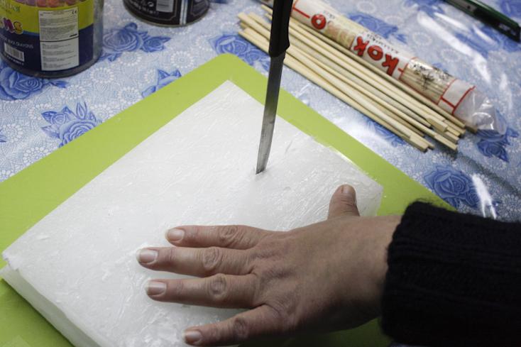 Τεμαχισμός πλάκας κεριού παραφίνης με μαχαίρι