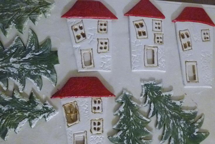 Το χιονισμένο χριστουγεννιάτικο χωριό βάφεται και χιονίζεται