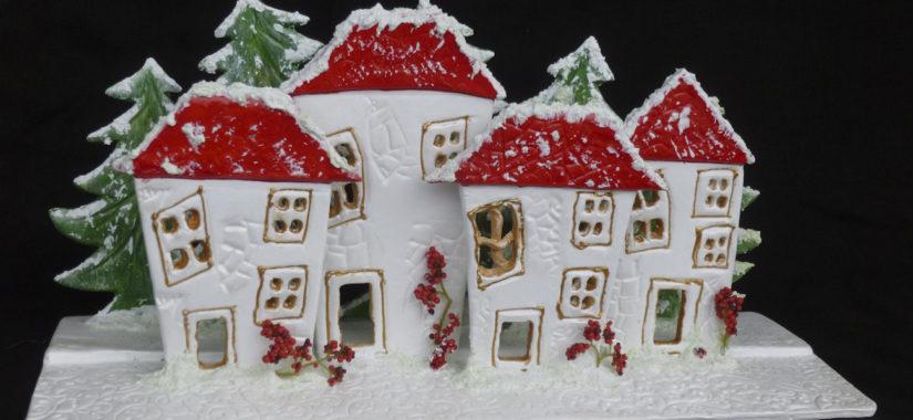 Χιονισμένο χριστουγεννιάτικο χωριό από πηλό
