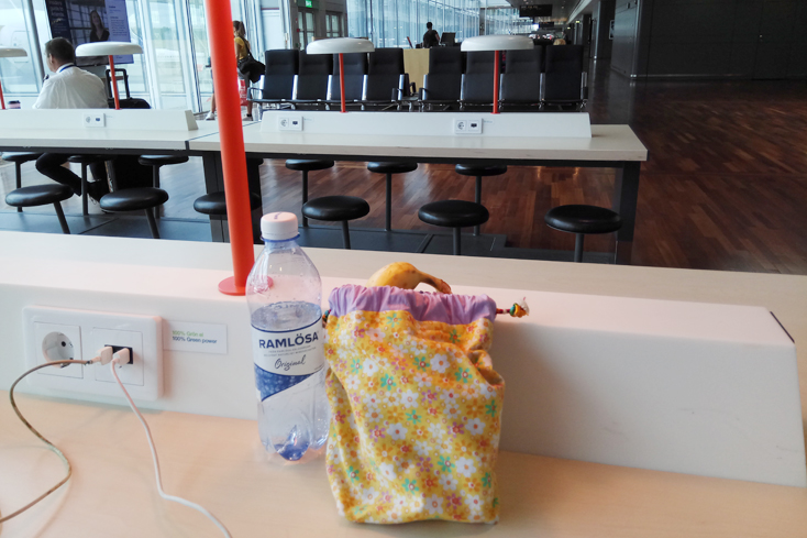 Στο αεροδρόμιο της Στοκχόλμης όσο φορτίζει το κινητό μου, αποφορτίζω το φαγητοπουγκί μου